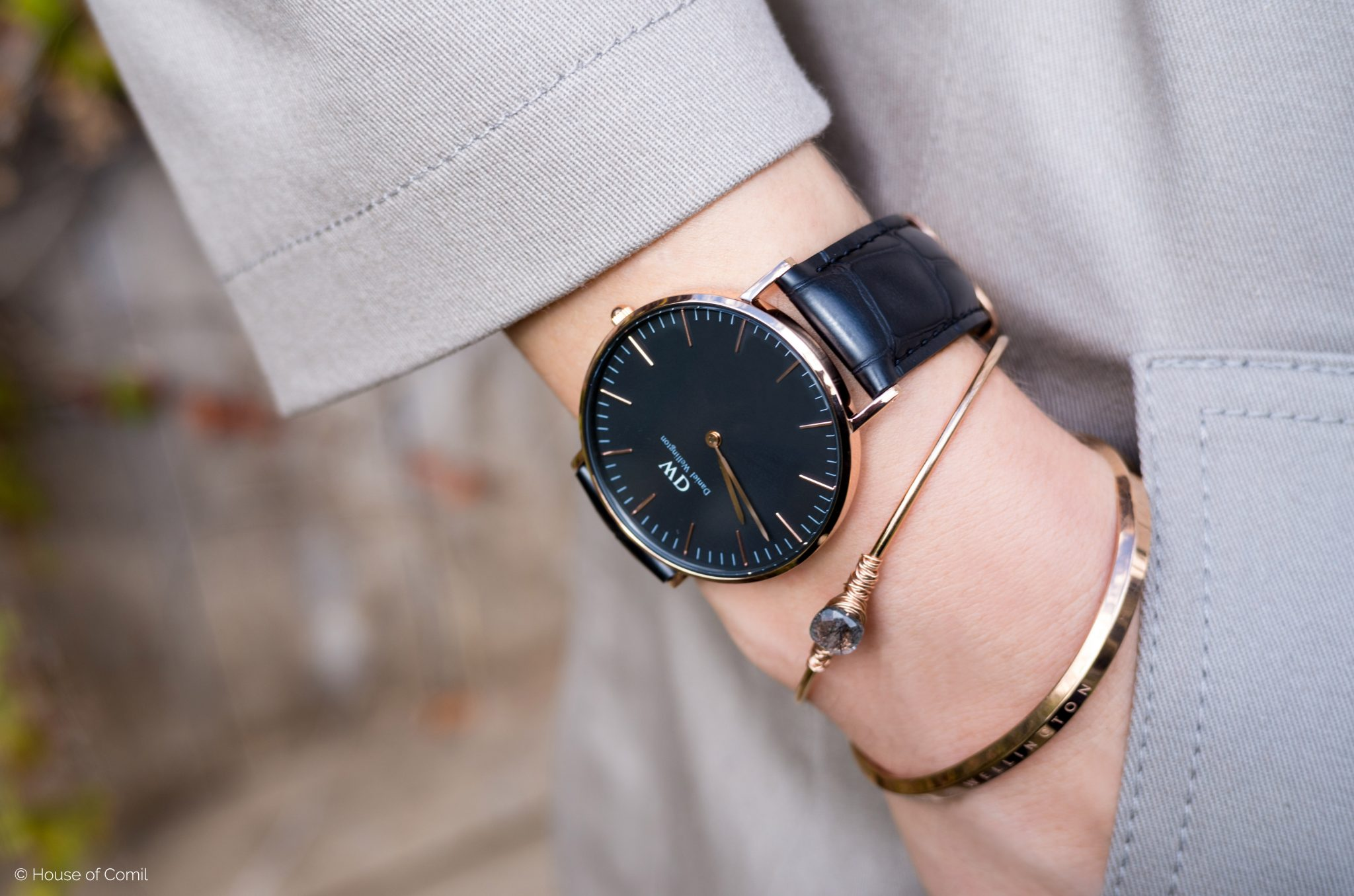 Review of the new classic black watch from Daniel Wellington, check it out and enjoy 15% off on Houseofcomil.com. Click read more or pin to save for later.