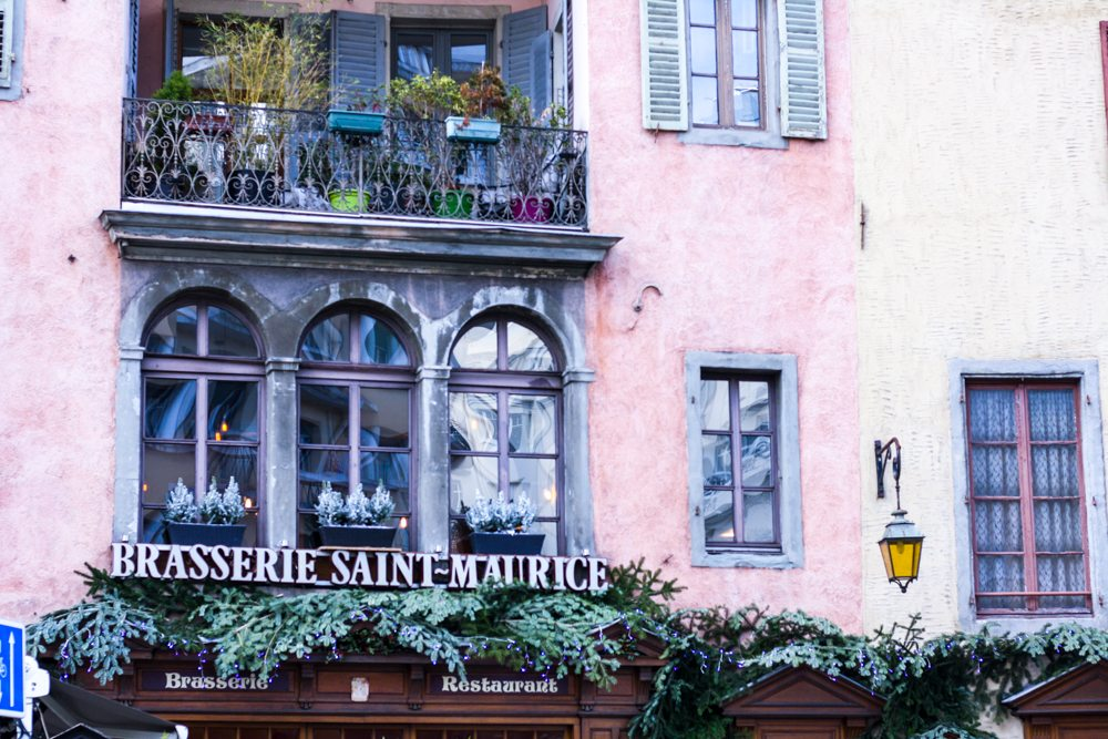 An inspirational post about France, favorite French skincare brands and favorite winter staples known by every French women.Click to read more on Houseofcomil.com or pin to save for later.