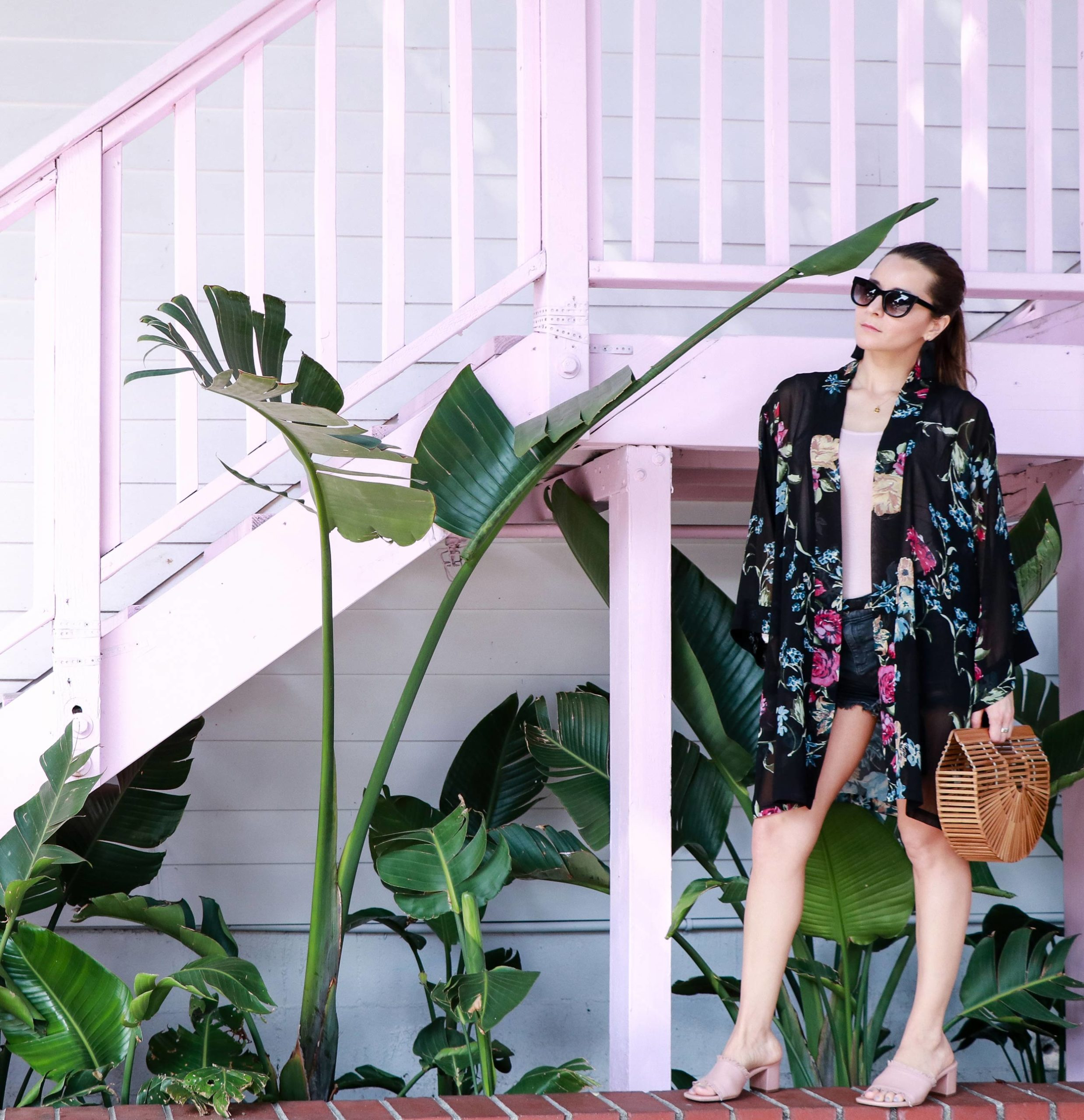 3 it-pieces for the summer: The black floral summer kimono, the cult gaia bag and the blush mules. More outfit inspirations on Modersvp.com