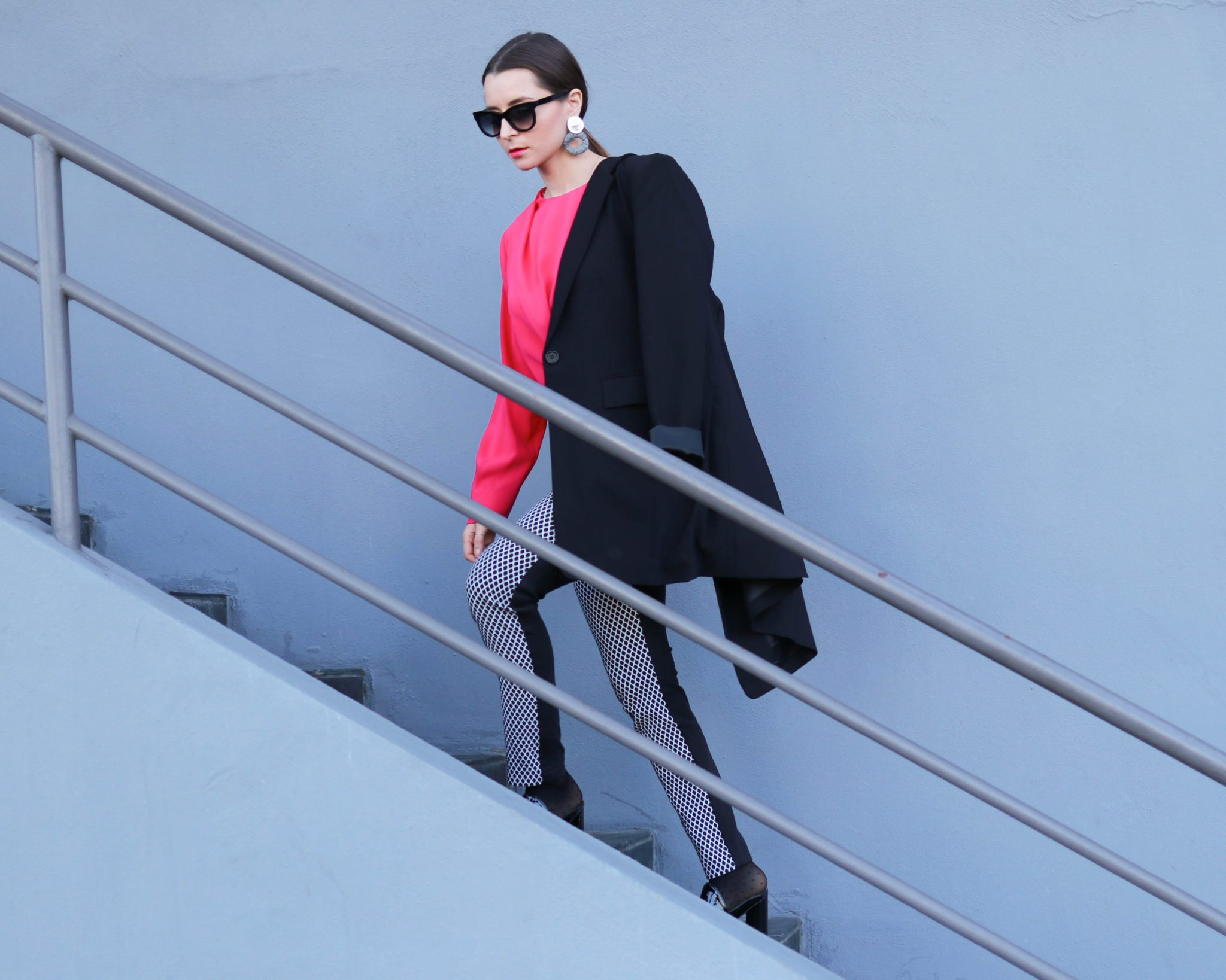 How to style the oversized blazer? 3 outfit ideas with the long black blazer for women from DSTLD. Get 20% off at DSTLD - more info on House of Comil - Fashion style blog by the French Fashion Blogger Julia Comil based in Los Angeles