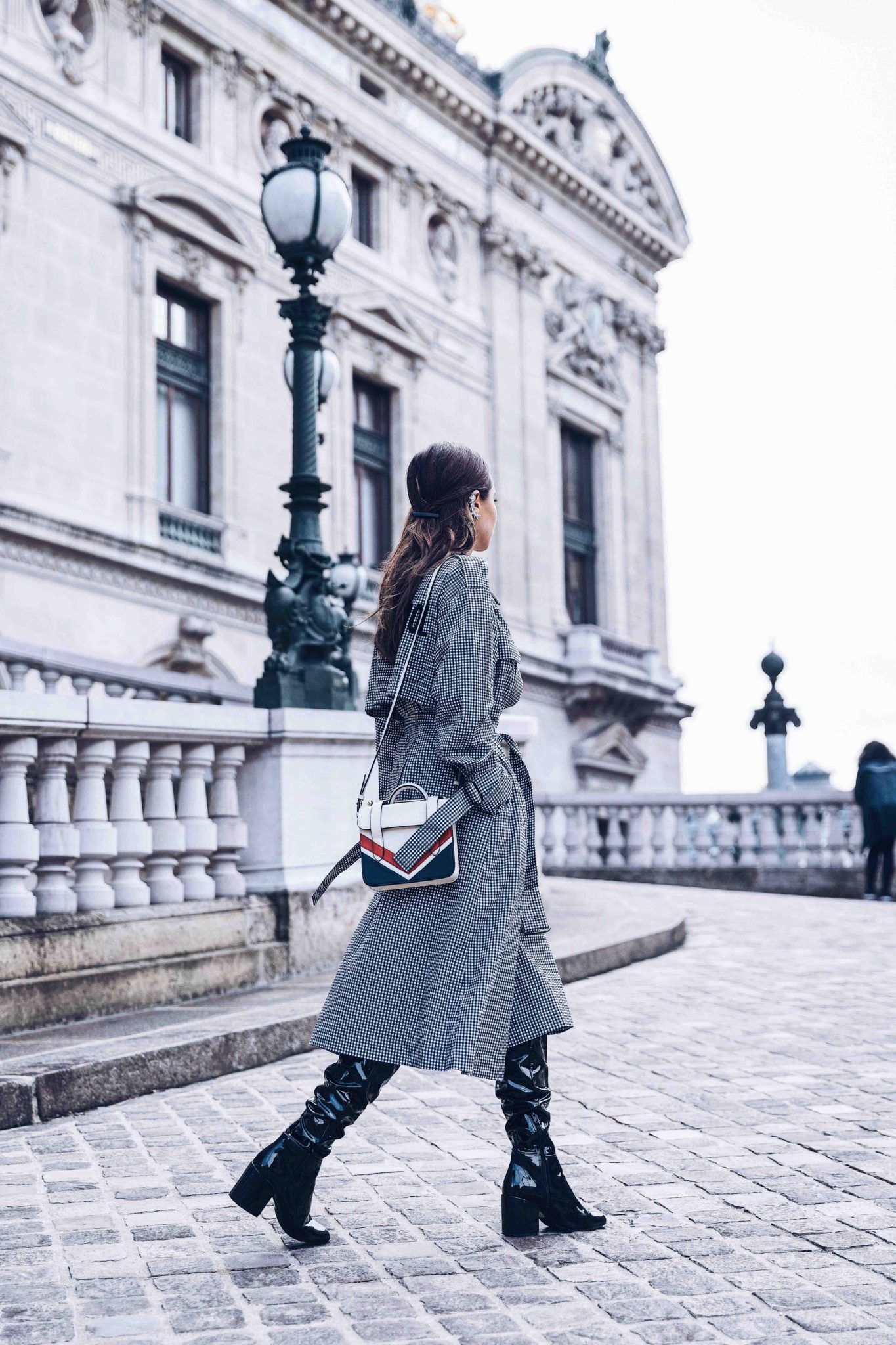 Mode Rsvp style blog founded by Julia Comil French fashion blogger in Los Angeles Spring Trench Coat - Gingham Trench Coat - Long Trench coat - Trench coat for women 2018 - Paris - Fashion Blogger Julia Comil styling the long trench coat in Paris - Bag: Strathberry - Mo&Co cotton trench coat