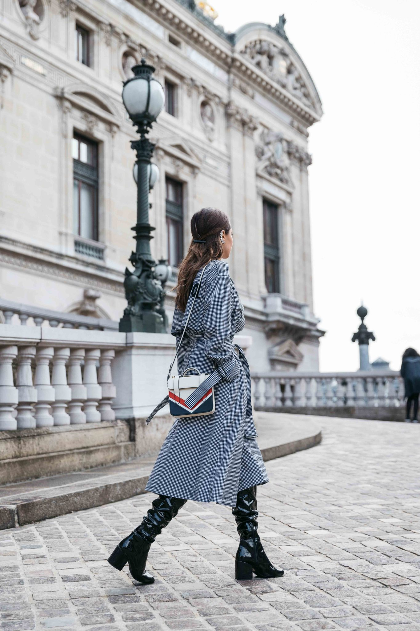 Best Street Style Paris Fashion Week Mars 2018 of Julia Comil / French Fashion Blogger in Los Angeles - Outfit for Leonard Paris Fall Winter 2018 2019 show - gingham trench coat Out Of Control by Mo&Co - Patent over the knee boots by Aldo - Strathberry bag - Shot in Paris Palais Garnier