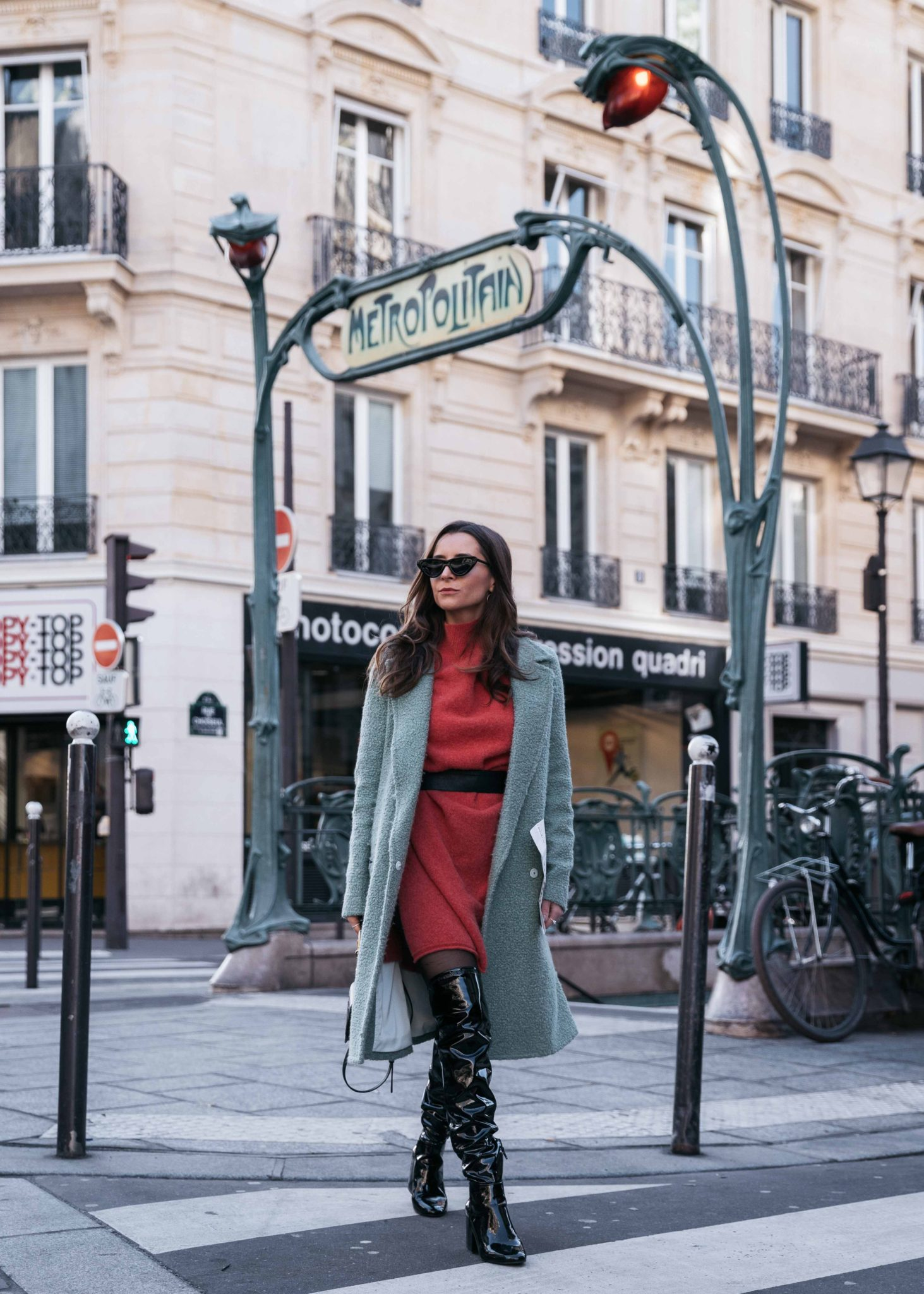 Best Street Style Paris Fashion Week Mars 2018 of Julia Comil / French Fashion Blogger in Los Angeles - Outfit for Ingie Paris Paris Fall Winter 2018 2019 show - Suistudio Mint Teddy Coat -Orange sweater dress by American Vintage