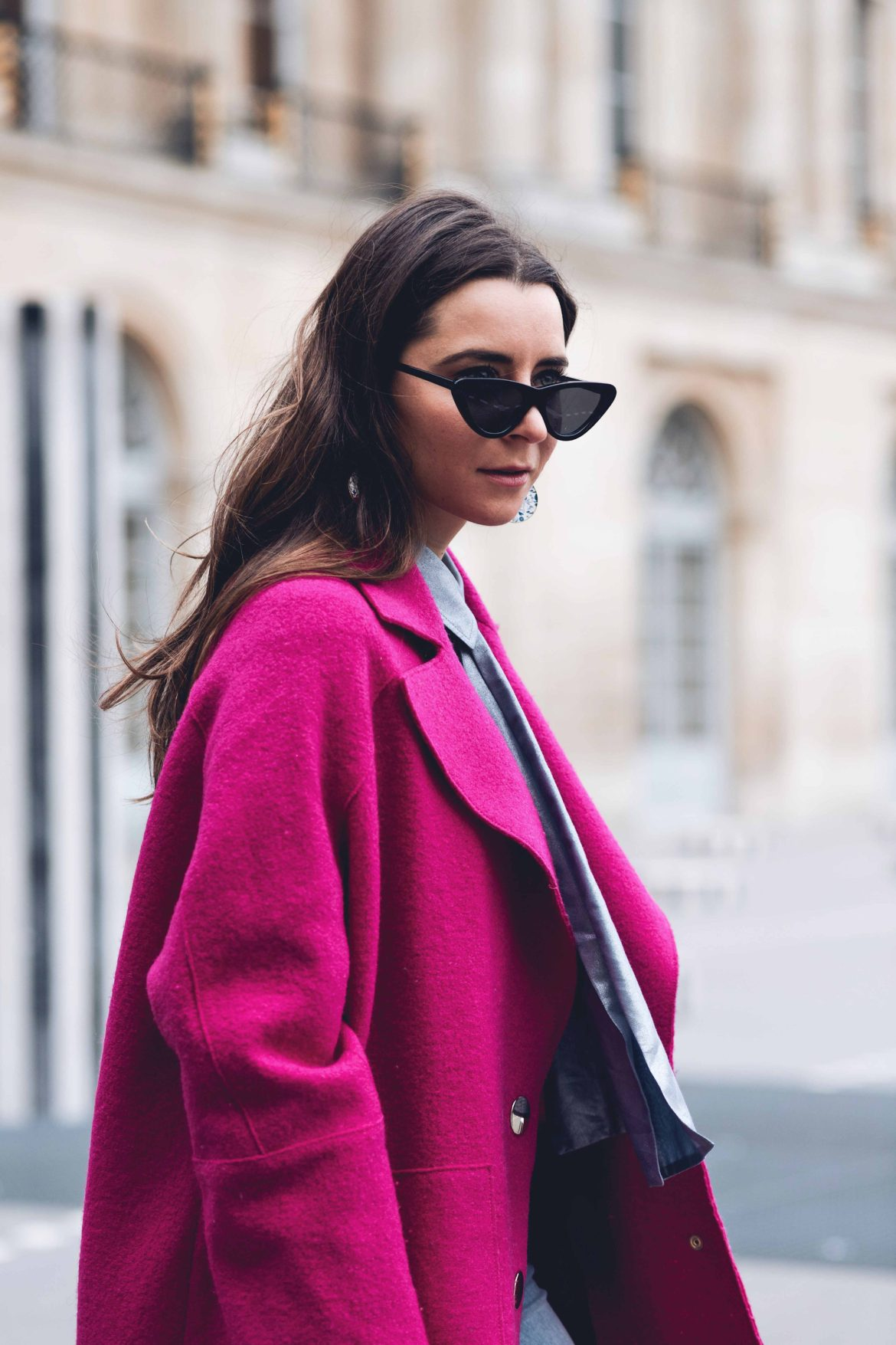 Best Street Style Paris Fashion Week Mars 2018 of Julia Comil / French Fashion Blogger in Los Angeles - Outfit for John Galliano Fall Winter 2018 2019 show - Pink Tara Jarmon Coat and Blouse - Strathberry Bag - The Kooples Denim - Palais Royal