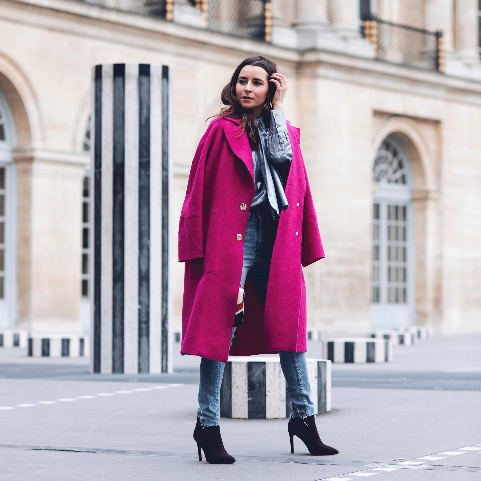 Best Street Style Paris Fashion Week Mars 2018 of Julia Comil / French Fashion Blogger in Los Angeles - Outfit for John Galliano Fall Winter 2018 2019 show - Pink Tara Jarmon Coat - Palais Royal