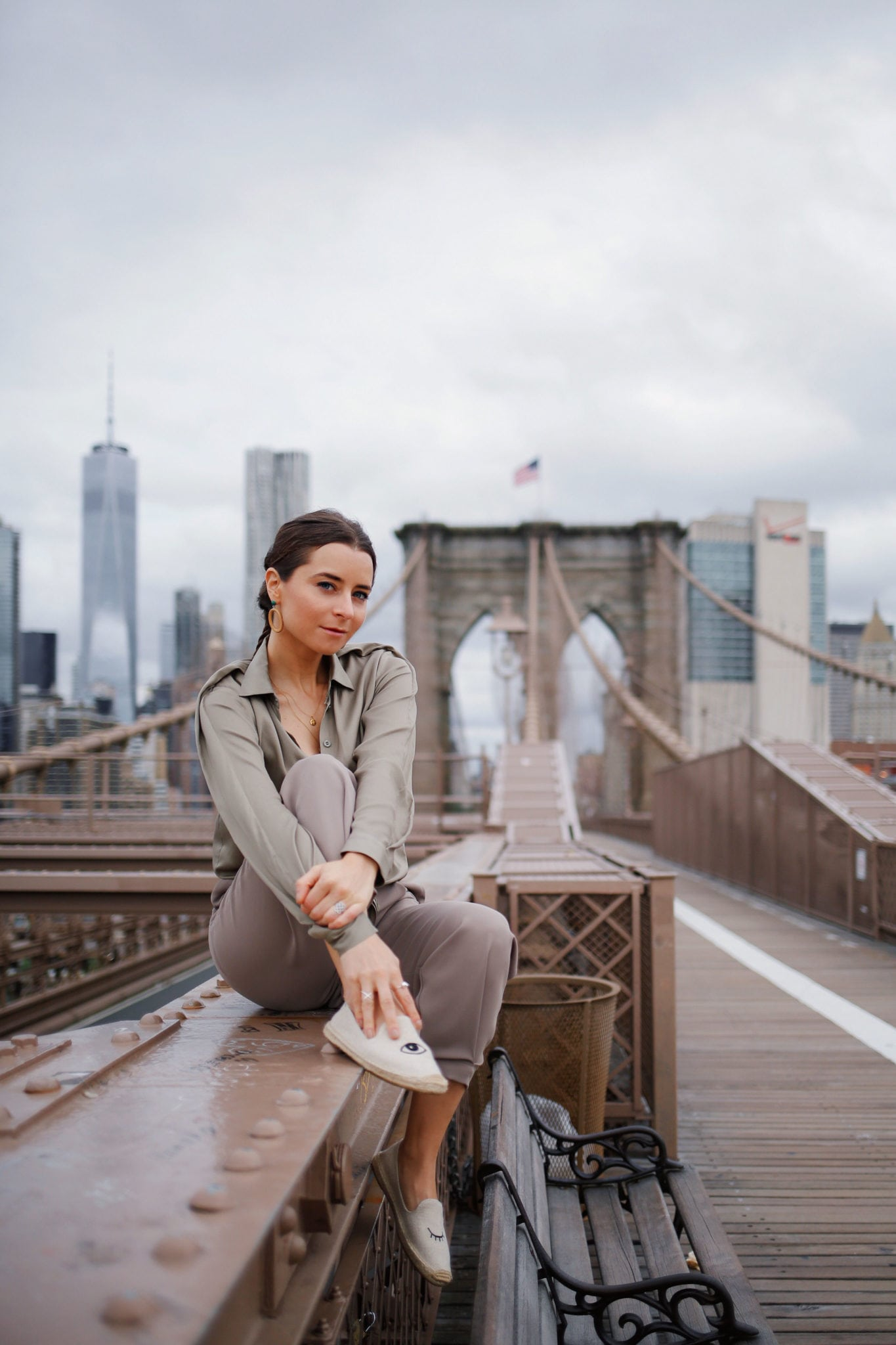 New York Inspiration Fashion Blog Bogdar Army Effortless Chic Outfit - Shot in New York - Brooklyn Bridge - Featuring Fashion Blogger Julia Comil