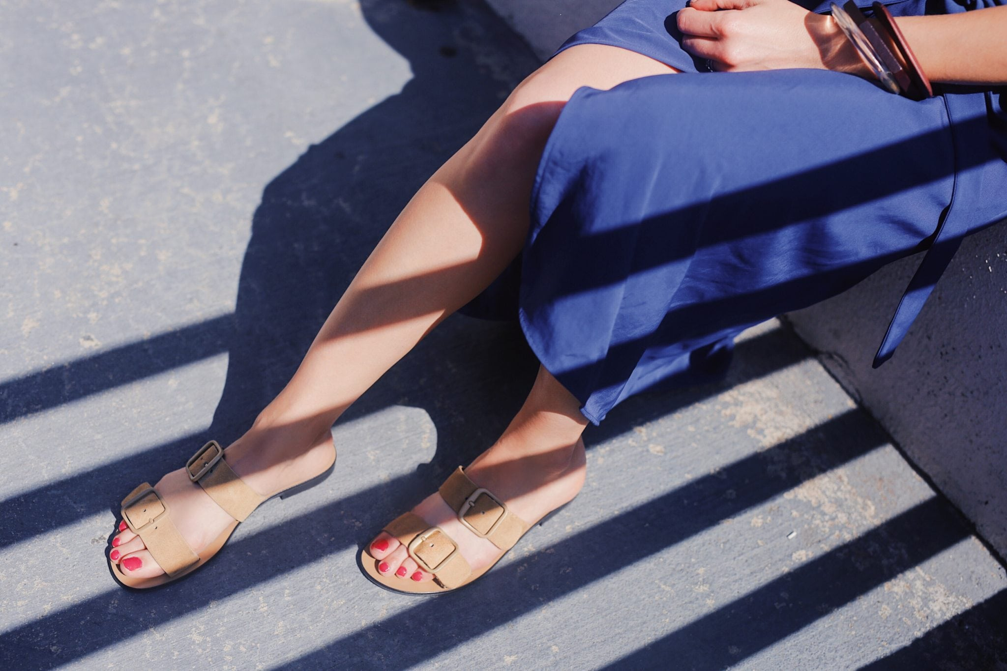Minimalist sandals for women - Everlane Modern Buckle Sandal - See a selection of modern sandals for women on Houseofcomil.com