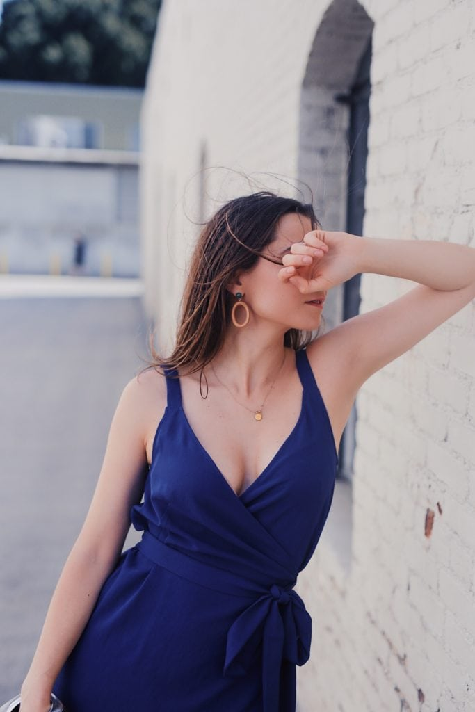 Everlane summer dress and wood earrings from Sophie Monet - Summer outfit by fashion blogger Julia Comil - effortless chic look