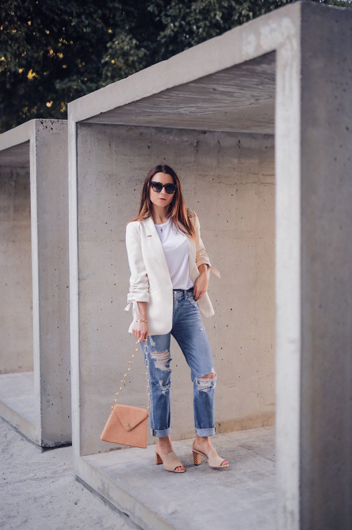 Style upgrade: The Summer blazer for women. Fashion Blogger Julia Comil is wearing a cream summer blazer from River Island. The full look and selection of affordable summer blazers on Houseofcomil.com. Bag by Musier Paris