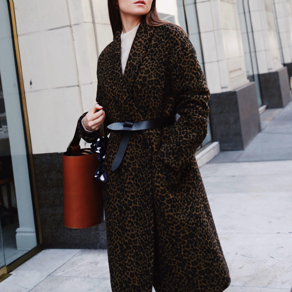 Fall Winter style: How to wear the animal print at work - Selection of my favorite leopard prints. Here wearing a Leopard Coat Tara Jarmon