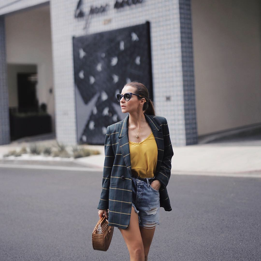 How to style the plaid blazer. Wearing a plaid blazer by Anine Bing - Fall 2018. More on Houseofcomil.com. Blog by @juliacomil French fashion blogger