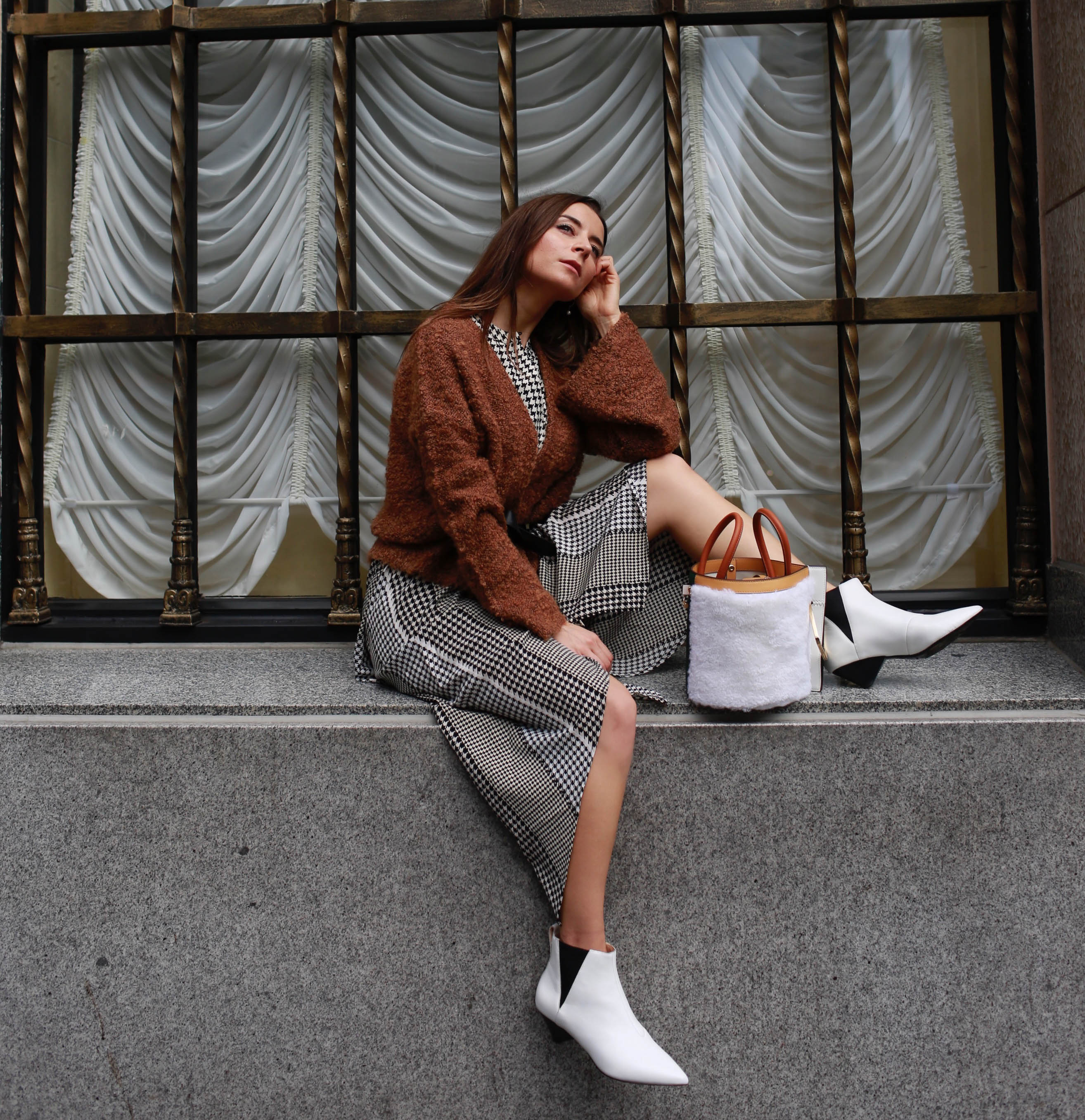 Discover the 2018 most instagrammable bags: designed by the British label: Danse Lente. Danse Lente review: affordable It bags made of high-quality leather and with a great attention to details. Worn by fashion editors and fashion bloggers worldwide. More on Houseofcomil.com. By Julia Comil French fashion blogger in Los Angeles