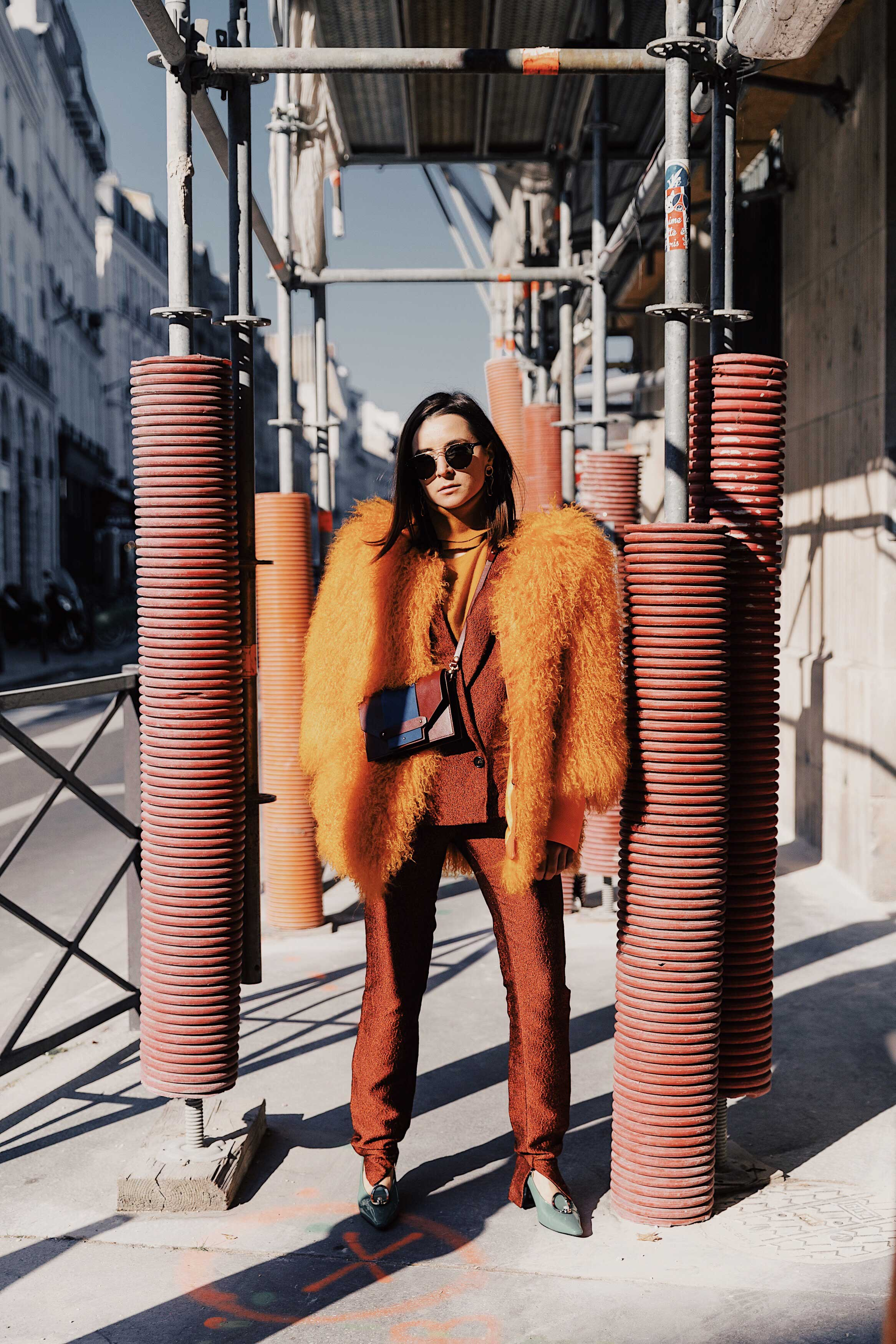 Best Street Style Paris Fashion Week Mars 2019 Julia Comil / French Fashion Blogger in Los Angeles Outfit for PFW Fall Winter 2019 show - Suit Chalayan Studio, coat: Lisou London, Bag Neko Neko Paris, shoes Yuul Yie, top, sunglasses Cutler and cross