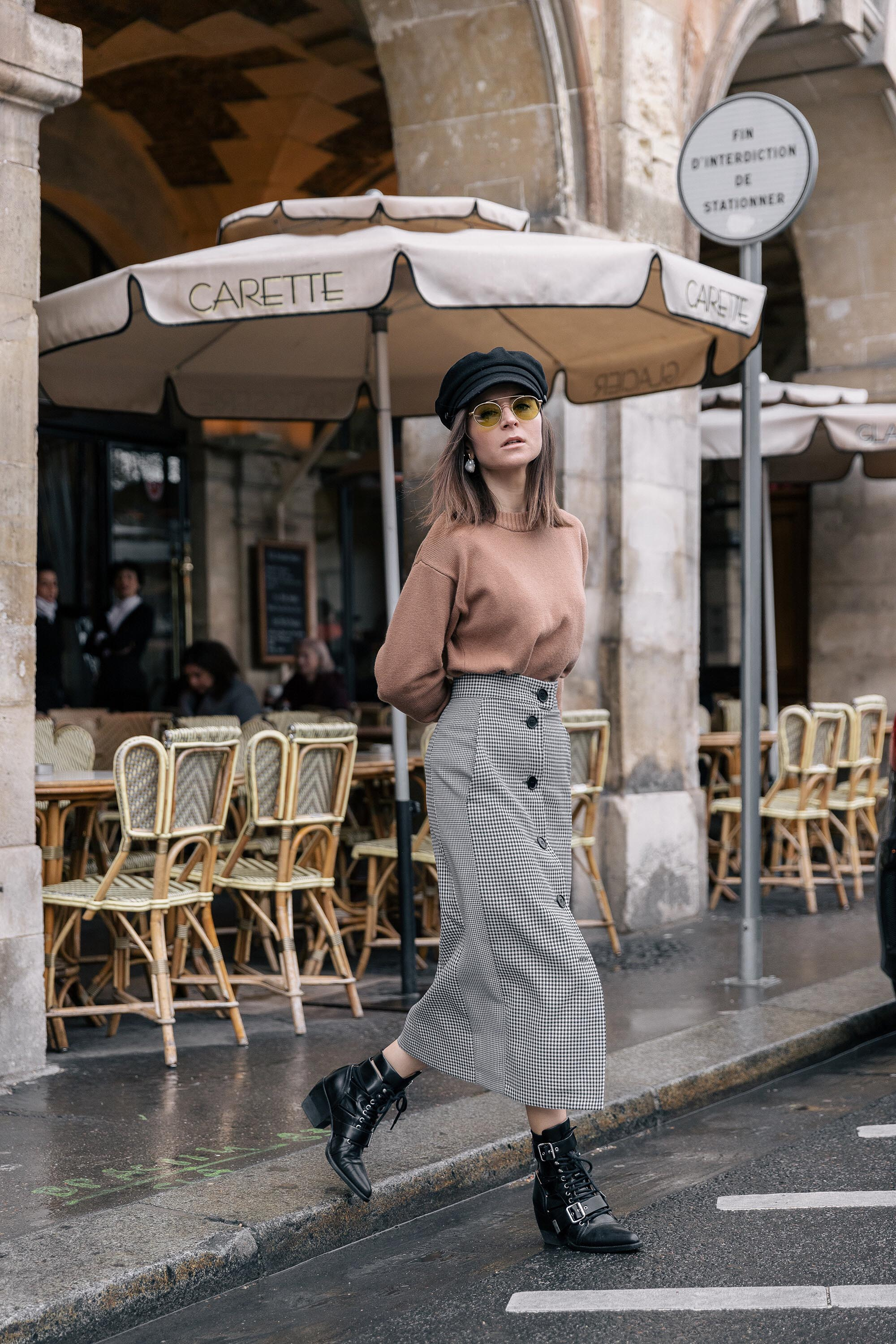 Manish Arora Best Street Style Paris Fashion Week Mars 2019 Julia Comil / French Fashion Blogger in Los Angeles Outfit for PFW Fall Winter 2019 show - checked Skirt Tara Jarmon, brown sweater Tara Jarmon, fisherman cap Etsy, boots Rylee Chloe, sunglasses alhem