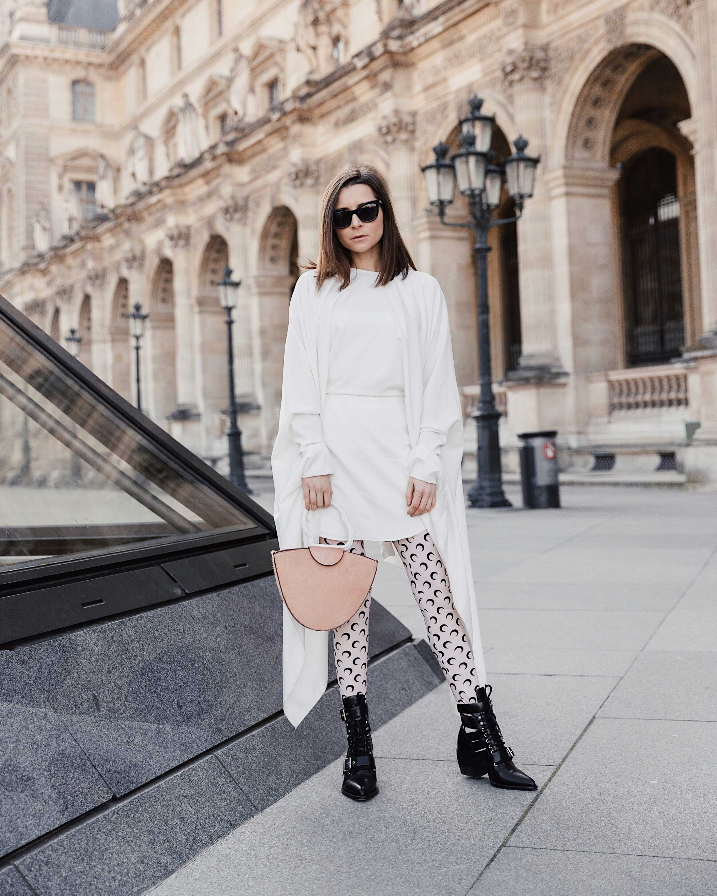 Marine Serre Best Street Style Paris Fashion Week Mars 2019 Julia Comil / French Fashion Blogger in Los Angeles Outfit for PFW Fall Winter 2019 show - Tights marine serre, boots rylee Chloe, dress Paula Knorr, bag danse lente, sunglasses chanel