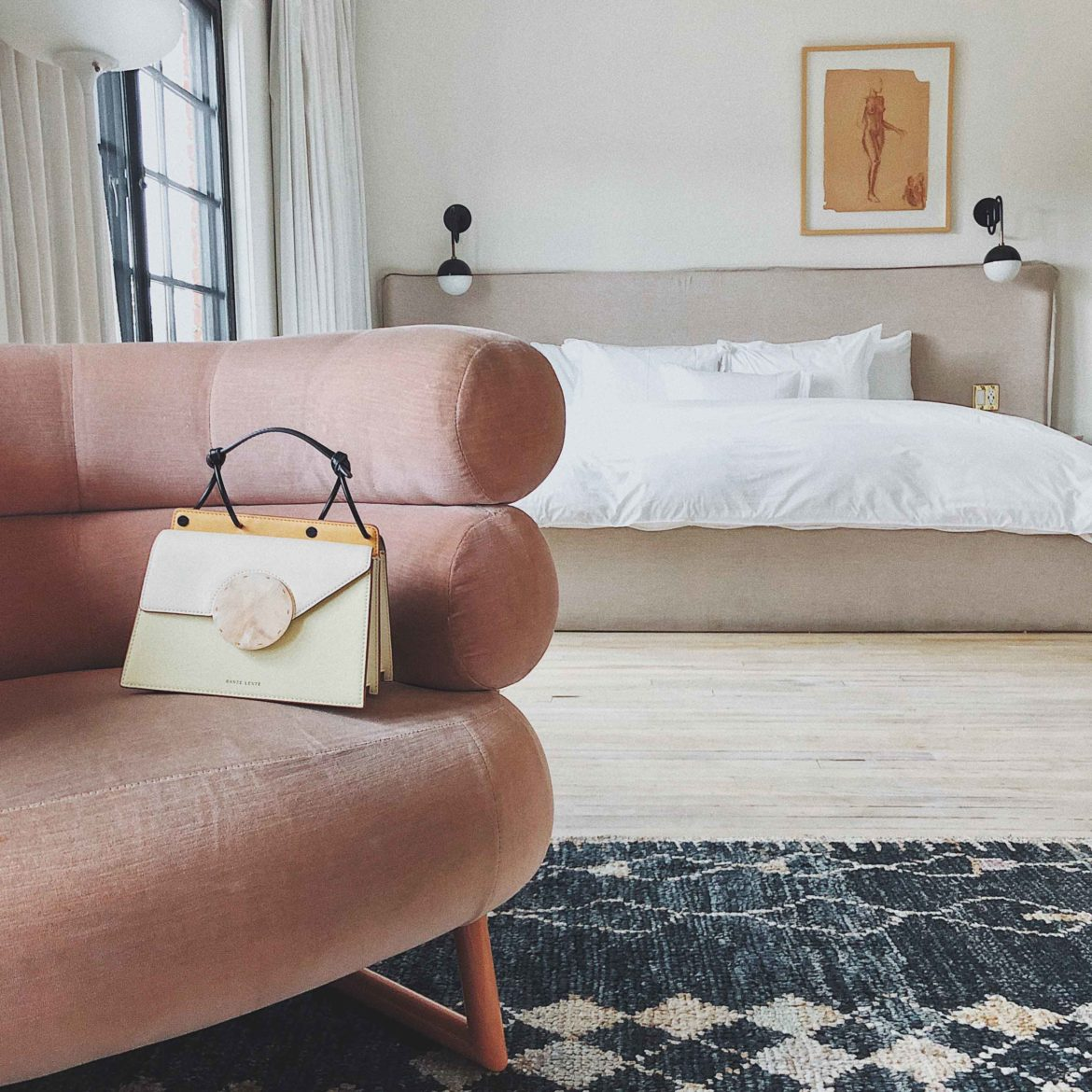 Discover the hidden gem Hotel Covell: a small luxury boutique hotel in Los Angeles. Parisian vibes and opulant rooms: Hotel Covell is a luxury independent hotel for short / long term stay. Review by French Fashion Blogger Julia Comil. Pink velvet chair and bag by danse lente