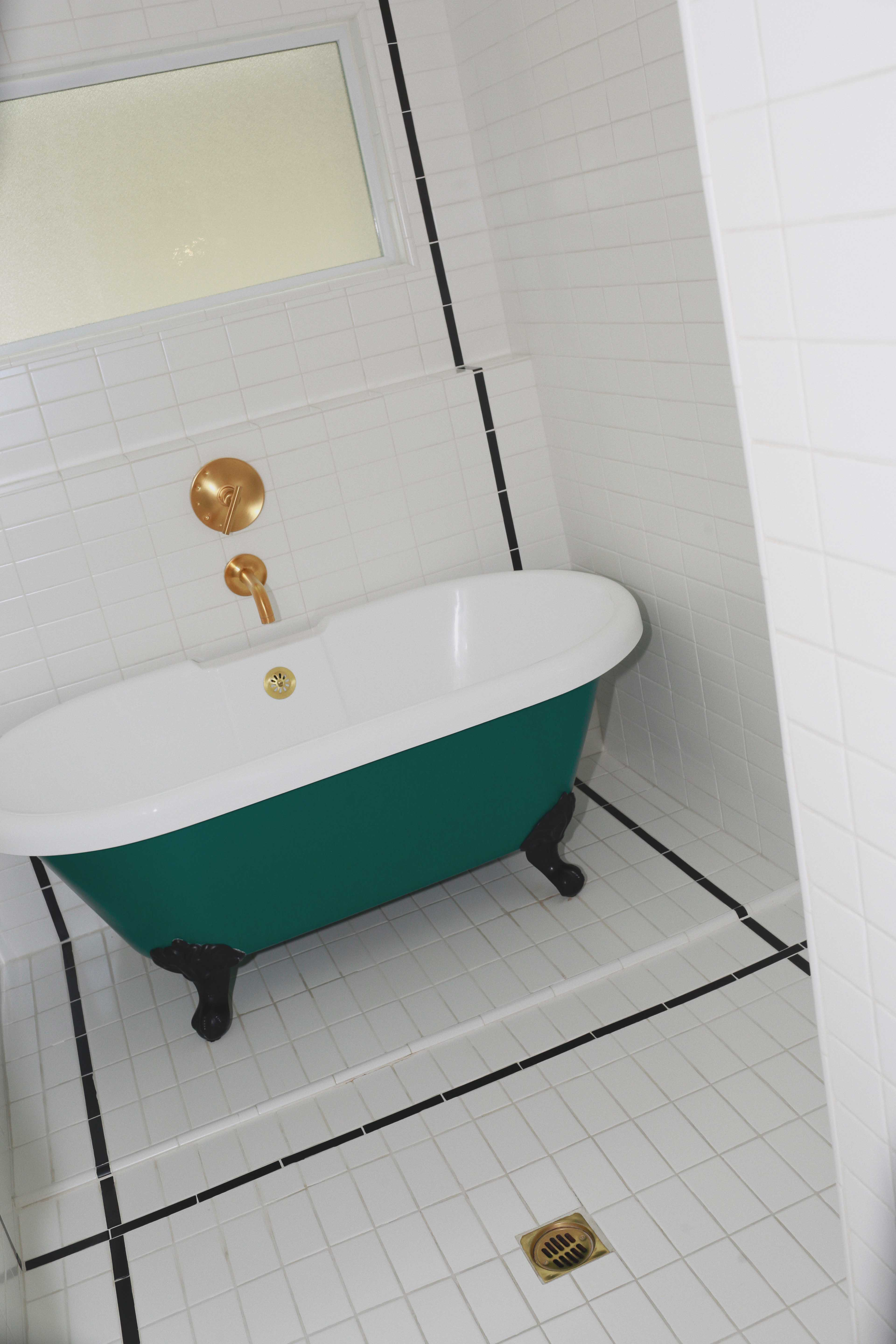 Discover the hidden gem Hotel Covell: a small luxury boutique hotel in Los Angeles. Parisian vibes and opulant rooms: Hotel Covell is a luxury independent hotel for short / long term stay. Review by French Fashion Blogger Julia Comil. Bathtub with legs