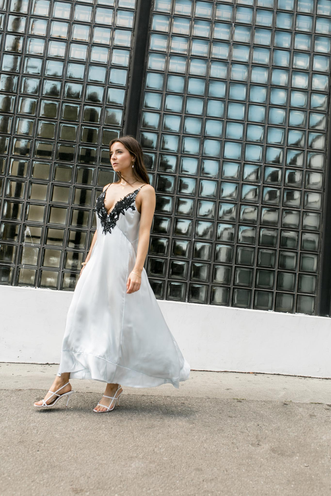 90's style: How to wear the satin slip dress - by french fashion blogger julia comil