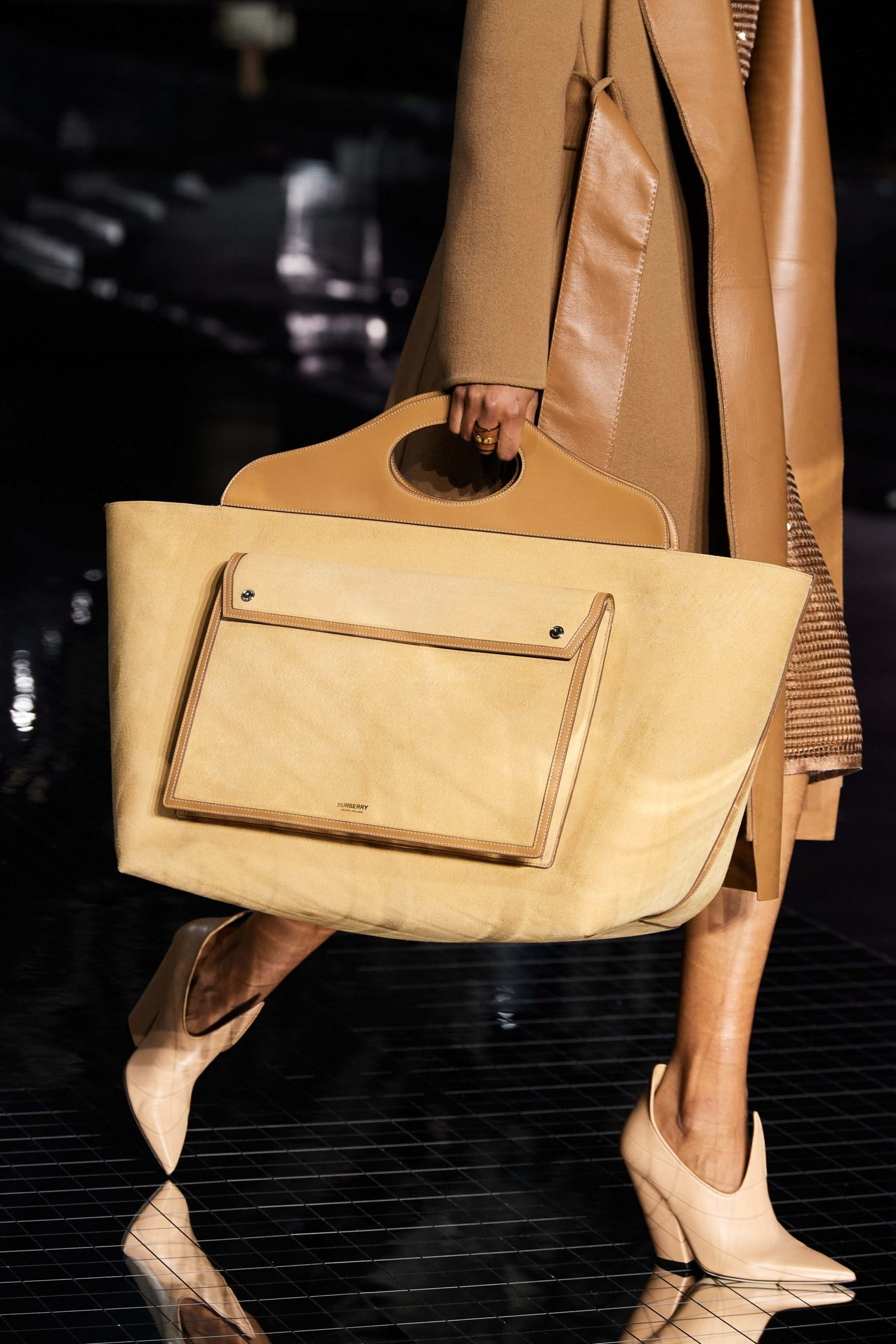 Burberry Fall 2020 trends runway report Ready To Wear Vogue details XXL Bag Tote Bag