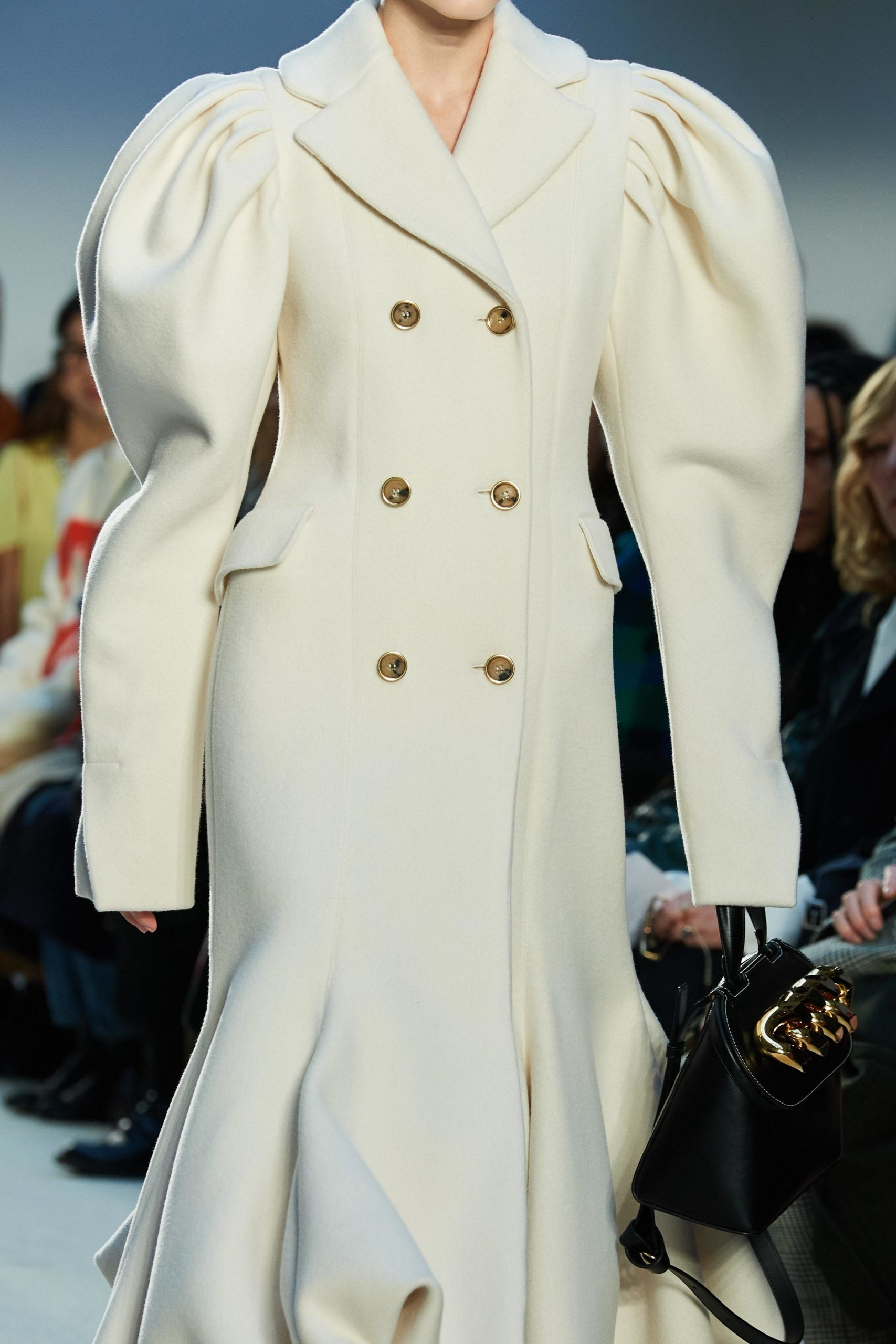 JW Anderson Mode Fall 2020 trends runway coverage Ready To Wear Vogue coat manche bold sleeves