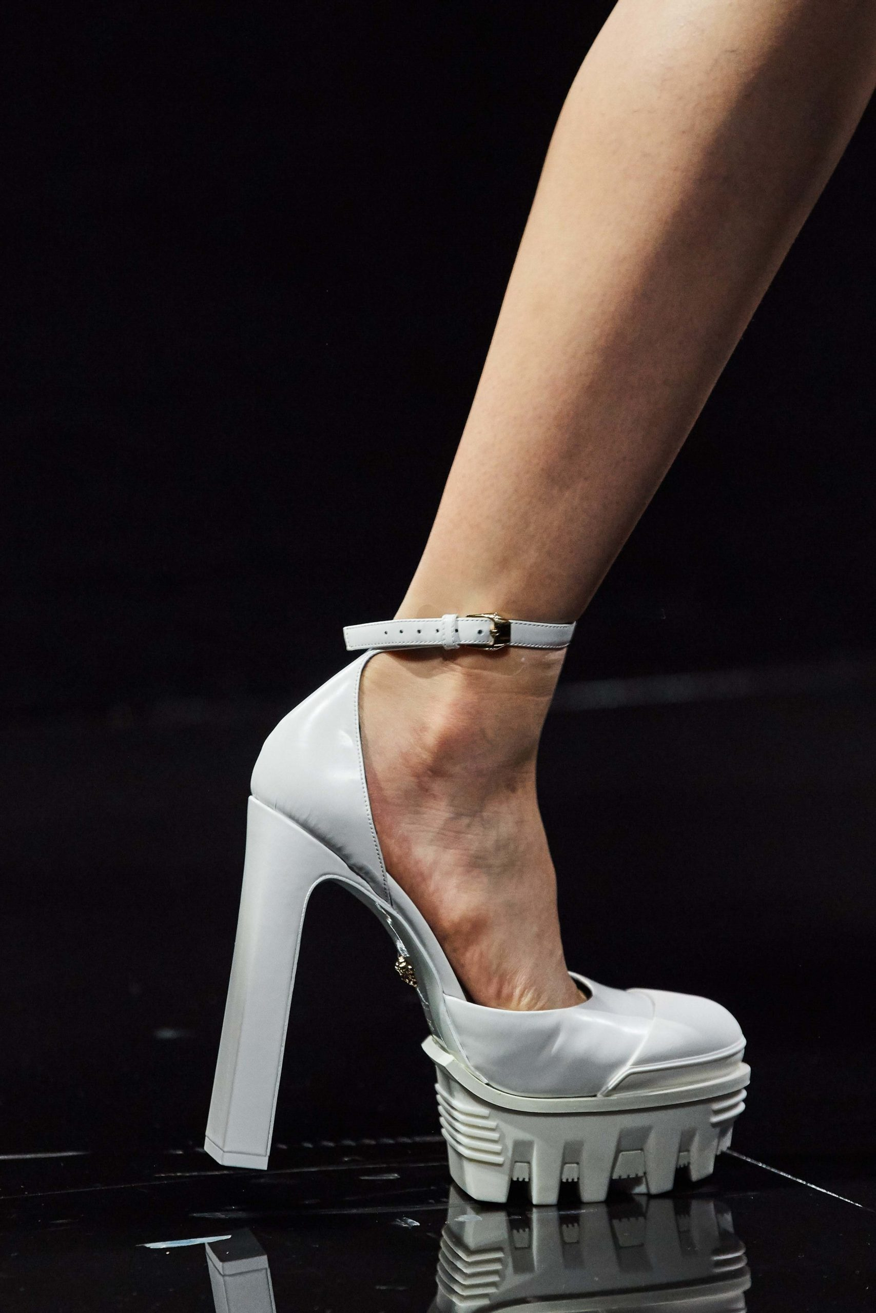 Versace Fall 2020 trends runway coverage Ready To Wear Vogue pumps