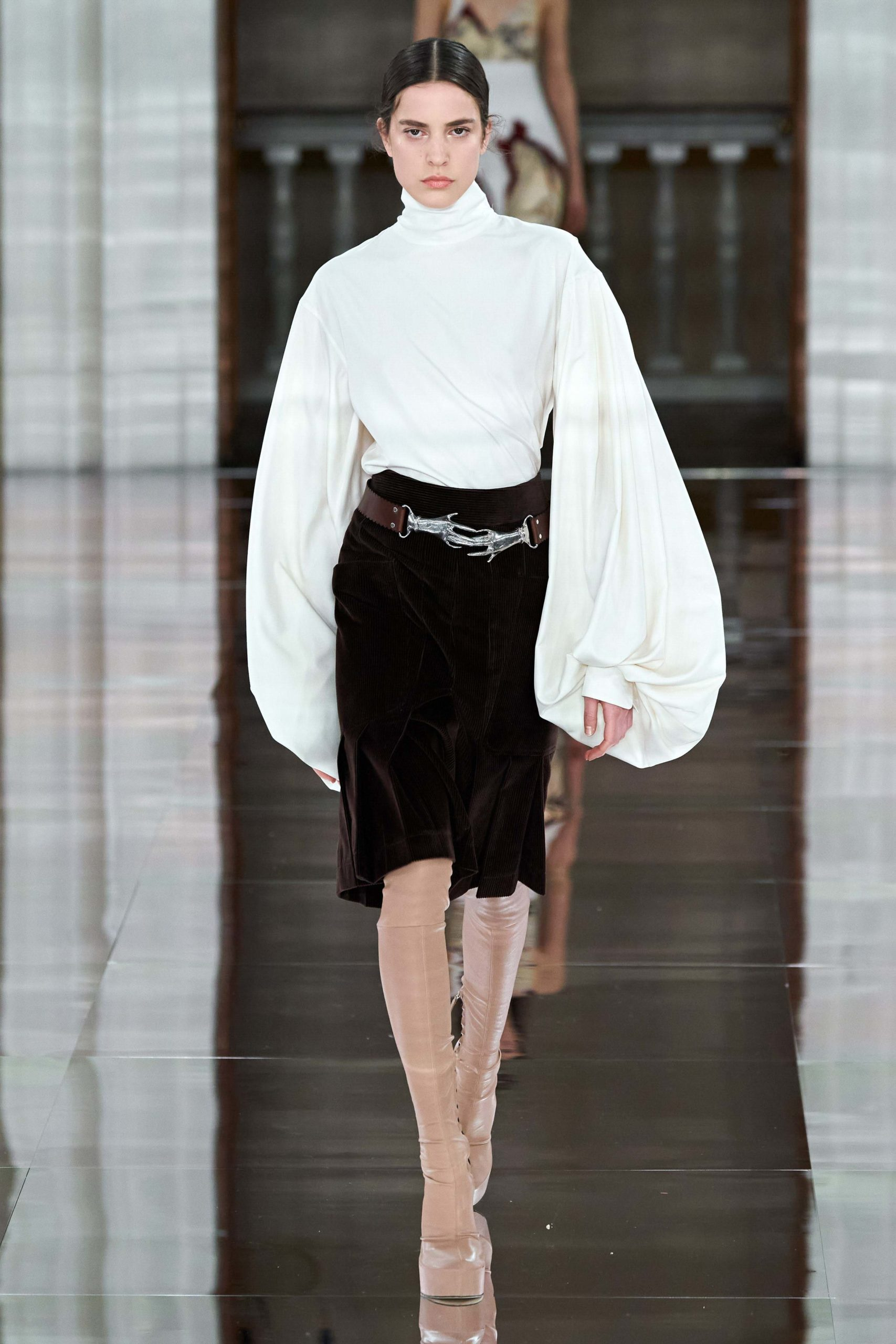 Victoria Beckham Fall 2020 trends runway coverage Ready To Wear Vogue belt shoes manche ballon bold sleeves