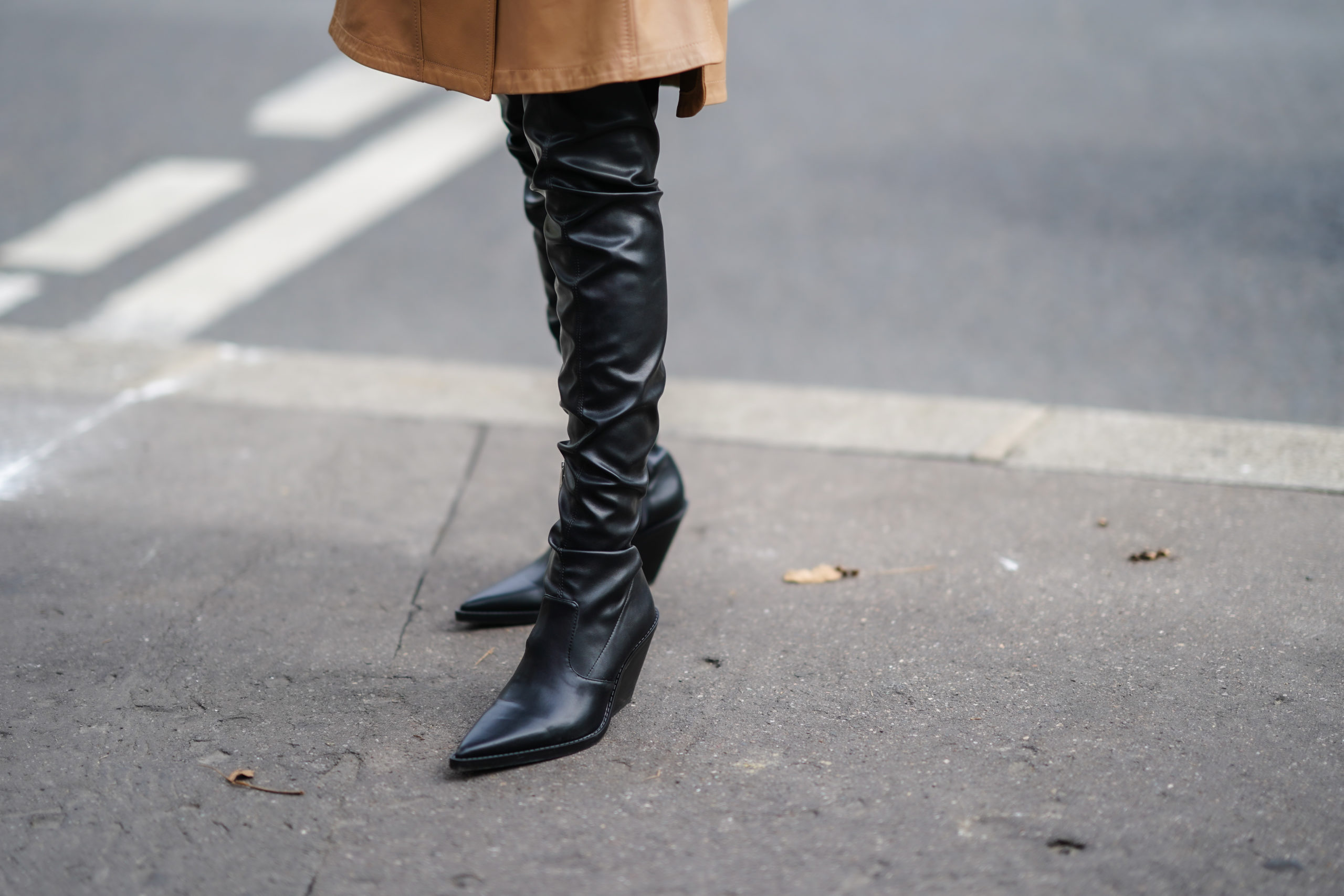 Best Fall Winter 2020 shoes and boots trends: white boots, cowbow heel boots, combat boots, snake print shoes, croc print boots. Cowboy heels boots